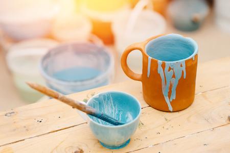 Cerâmica, pintura canecas esmalte, revestimento de cor, artesanato Foto de archivo - 88498475
