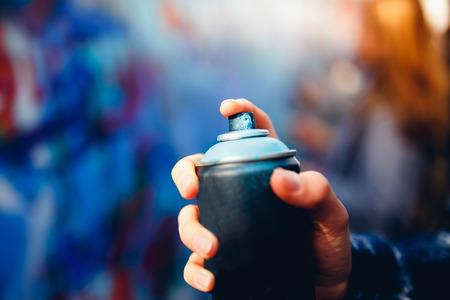 Primo piano di un cilindro con vernice per graffiti Archivio Fotografico - 88489000