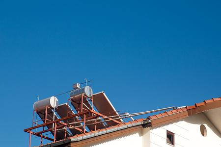 Moderne Warmwasser Panels An Einem Haus, Solar Heizung Für Grüne Energie  Photo