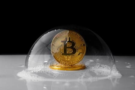 검은 백그라운드에 비누 거품에 Bitcoin