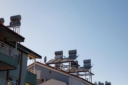 Hedendaagse warmwaterpanelen op een huis, zonneboiler voor groene energie