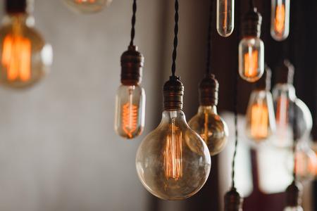 Coloque la lámpara retro edison sobre fondo de hormigón gris loft.