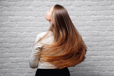 Zieke, geknipte en gezonde haarverzorging keratine. Voor en na de behandeling.