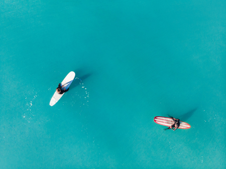 Surfer wave in ocean, top view aerial photo, tropical water Imagens