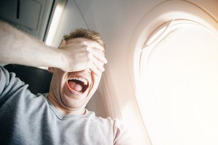 Concept d'aérophobie. Peur d'avoir peur de voler en avion et en hauteur.