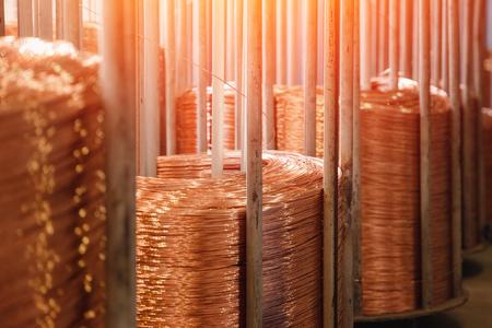Producción de alambre de cobre, cable de bronce en bobinas en fábrica.