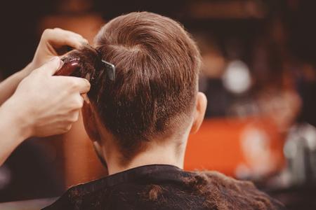 Barbershop-Banner. Mann im Friseurstuhl, Friseur, der seine Haare stylt