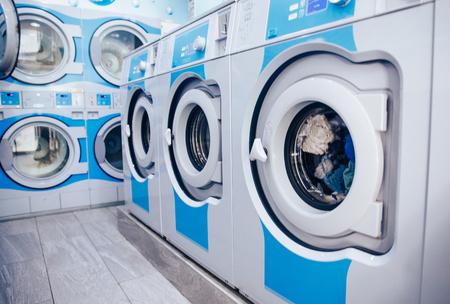 Fila de lavadoras industriales en lavandería comercial. Tienda de lavadoras de negocios de concepto. Foto de archivo