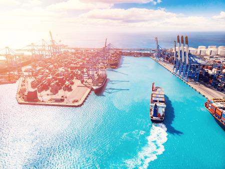 Negocio portuario de carga, centro logístico. El barco está cargando contenedores con grúa. Vista aérea. Foto de archivo