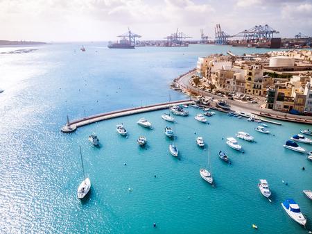 Vue aérienne de Malte sur le port franc de fret de Birzebbuga.
