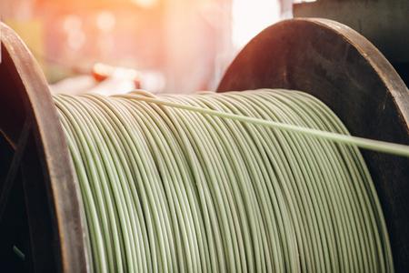 Produkcja drutu miedzianego, kabla brązowego w szpulach w fabryce.