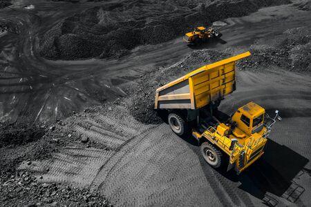 Przemysł kopalni odkrywkowej, duża żółta ciężarówka górnicza na węgiel, dron z widokiem z góry Zdjęcie Seryjne