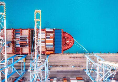 Statek towarowy ładujący port handlowy do molo. Koncepcja logistyczna, transport morski Zdjęcie Seryjne