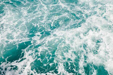 Fond naturel tempête mer océan bleu avec mousse et vagues.