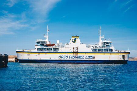 Comino, Malta - 9 de mayo de 2019: Ferry en la playa Blue Lagoon