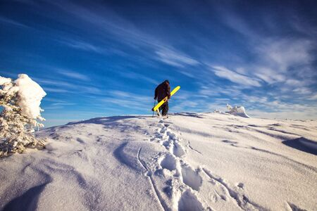 Skier goes in deep snow in mountains downhill during freeride Banque d'images - 132321185