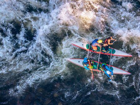 Kerl im Kajak segelt Gebirgsfluss. Wildwasser-Kajakfahren, Extremsport-Rafting. Luftaufnahme von oben. Standard-Bild