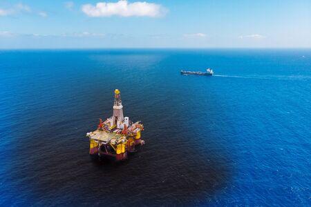 Ölbohrinsel-Unfall verschüttet ins Meer, Draufsicht aus der Luft. Konzept ökologische Katastrophen Wasser