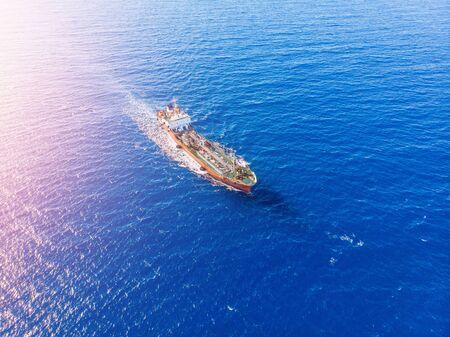 Le pétrolier chimique navigue sur la mer bleue. Vue aérienne de dessus