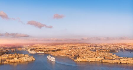 Cruise ship liner port of Valletta, Malta. Aerial view photo 版權商用圖片 - 133397386