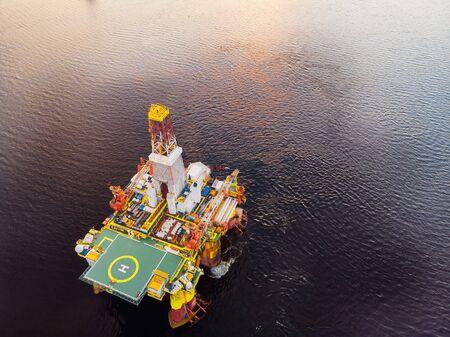 L'incidente della piattaforma petrolifera si rovescia in mare, vista aerea dall'alto. Concetto disastri ecologici acqua Archivio Fotografico