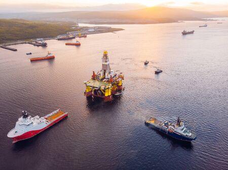 Schiffe transportieren Offshore-Ölbohrinseln für die Installation auf dem Meer für Reparaturen, Draufsicht aus der Luft