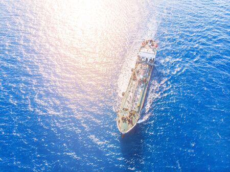 Ölschiffchemikalientanker segelt blaues Meer. Luftaufnahme von oben. Konzeptexport