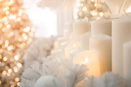 Decorazioni natalizie a lume di candela, umore notturno di illuminazione bokeh di fondo, colore dorato Archivio Fotografico
