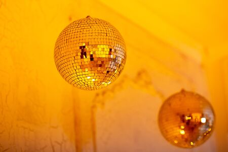 Disco ball for party for new year, golden mood color glow, flicker. Christmas day concept Stockfoto