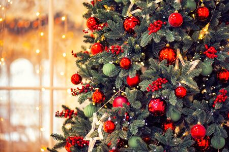 Christmas background banner pine tree branch with decorations red balls gifts and star, with bokeh light Stockfoto