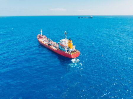 Chemiczny tankowiec naftowy pływa po błękitnym morzu. Widok z góry z lotu ptaka Zdjęcie Seryjne