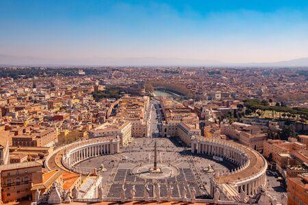 Panoramablick auf die alte Luftstadt Rom vom Petersplatz im Vatikan.