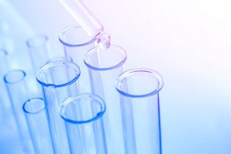 Tubes bleus d'essai de laboratoire scientifique, équipement de fiole macro. Compte-gouttes chimique.