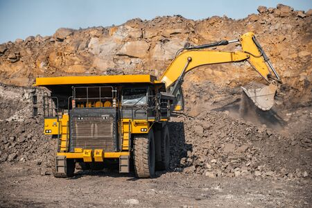 Mine à ciel ouvert, industrie extractive du charbon.