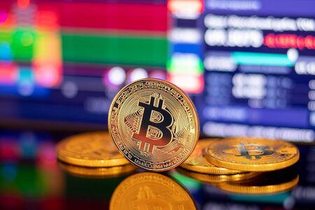 Moneda criptográfica Bitcoin de oro en el fondo de la depreciación del diagrama de gráfico de amanecer