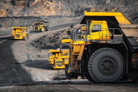 Przemysł kopalni odkrywkowej, duża żółta ciężarówka górnicza do antracytu węgla.