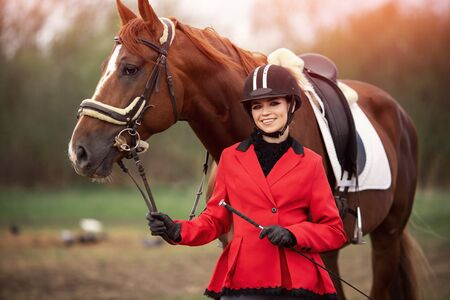 Portrait Jockey woman rider with brown horse, concept advertising equestrian club school Banque d'images