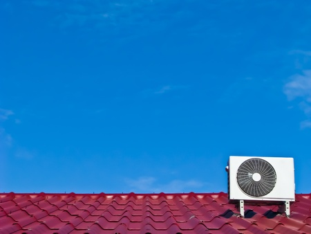 aire acondicionado: aire acondicionado 's compresor en el techo rojo