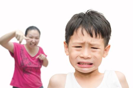 若いアジア少年に叱られている彼の母