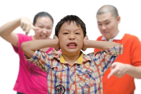 pareja enojada: Muchacho asiático joven que ser regañado por los padres