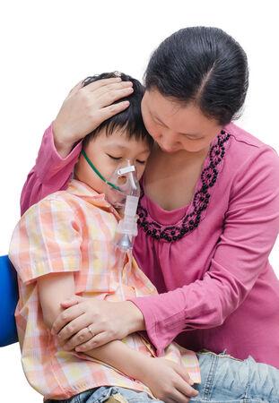 persona respirando: Madre consuela a su hijo entre el uso de m�scara de ox�geno