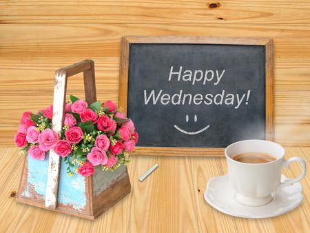 幸せなコーヒー カップと黒板の水曜日