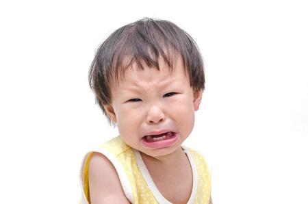 niño llorando: Asia niña bebé llorando sobre fondo blanco Foto de archivo