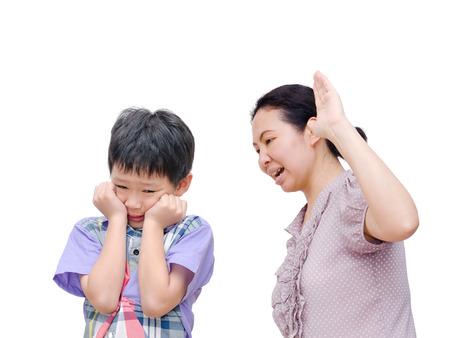 母は白い背景の上の息子の方に物理的に虐待されています。