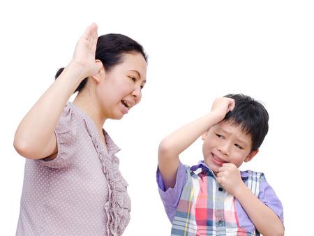母は白 Backgro 上の息子に向かって物理的に虐待されています。 写真素材 - 36233068