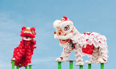 Danza del león chino vestuario durante Año Nuevo Chino celebración