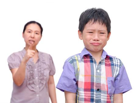 ni�os malos: Muchacho asi�tico joven ser rega�ado por su madre Foto de archivo
