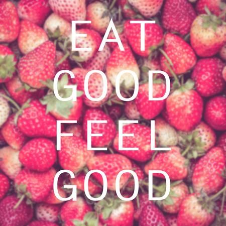 comiendo fruta: Buena cita en el fondo de la fresa, comer bien sentirse bien Foto de archivo