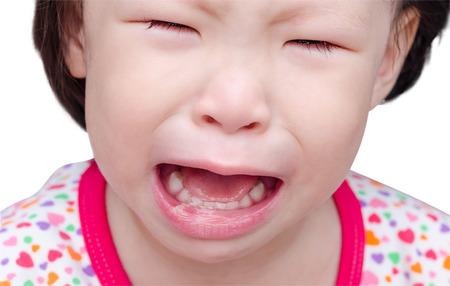 白口の痛みで泣く少女