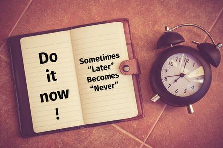 """inspiracion: Cita de la inspiraci�n: """"�Hazlo ahora, Alg�n tiempo despu�s nunca llega a ser"""" Foto de archivo"""